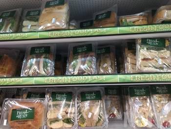 スーパーマーケット内の食品